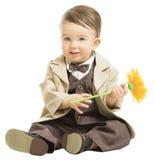 Bebê no terno elegante da forma com flor, criança sobre o branco imagem de stock