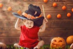 Bebê no traje da bruxa fotografia de stock