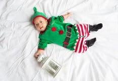 Bebê no traje do duende para o feriado do Natal no branco Fotografia de Stock