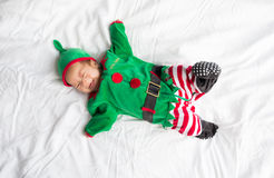 Bebê no traje do duende para o feriado do Natal no branco Imagens de Stock