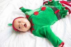 Bebê no traje do duende para o feriado do Natal no branco Fotografia de Stock Royalty Free