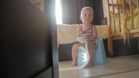 Bebê no urinol em casa