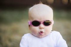 Bebê nos óculos de sol Fotografia de Stock Royalty Free
