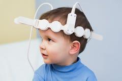 Bebê para tomar procedimentos magnetotherapeutic no hospital Fotografia de Stock Royalty Free