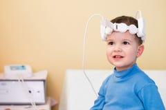 Bebê para tomar procedimentos magnetotherapeutic no hospital Imagens de Stock Royalty Free