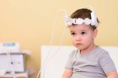 Bebê para tomar procedimentos magnetotherapeutic no hospital Imagens de Stock