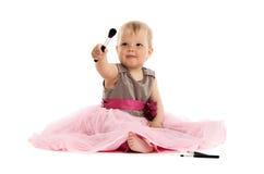 Bebê pequeno adorável no vestido cor-de-rosa que senta-se no assoalho Imagens de Stock