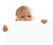 Bebê pequeno atrás da placa branca fotos de stock