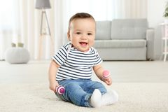 Bebê pequeno bonito com chocalhos Foto de Stock Royalty Free