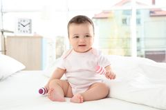Bebê pequeno bonito com chocalhos Fotos de Stock