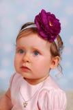 Bebê pequeno bonito com flor Foto de Stock