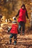 Bebê pequeno bonito com a mãe no parque Imagem de Stock