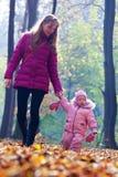 Bebê pequeno bonito com matriz Imagem de Stock