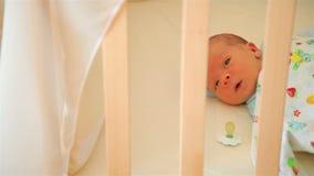 Bebê pequeno bonito em um carrinho de criança video estoque