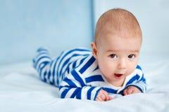 Bebê pequeno bonito na cama Fotos de Stock