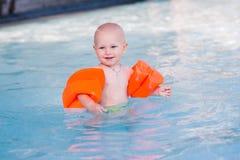 Bebê pequeno bonito na piscina Fotografia de Stock Royalty Free