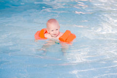 Bebê pequeno bonito na piscina Foto de Stock Royalty Free