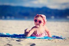 Bebê pequeno bonito na praia tropical Fotos de Stock Royalty Free