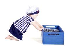 Bebê pequeno bonito no jogo da forma do marinheiro fotos de stock royalty free