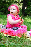Bebê pequeno bonito no prado Fotos de Stock Royalty Free
