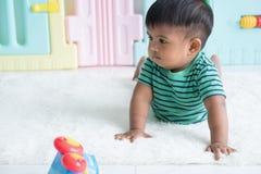 Bebê pequeno bonito que encontra-se na cobertura macia imagens de stock royalty free
