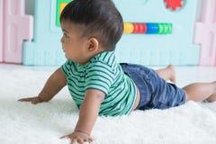 Bebê pequeno bonito que encontra-se na cobertura macia fotos de stock
