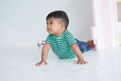 Bebê pequeno bonito que encontra-se na cobertura macia foto de stock royalty free