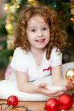Bebê pequeno bonito que olha a câmera e o smileso foto de stock royalty free