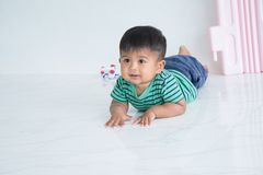 Bebê pequeno bonito que rasteja no assoalho fotos de stock royalty free