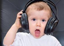 Bebê pequeno com auscultadores imagem de stock royalty free