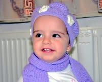 Bebê pequeno com chapéu feito malha foto de stock royalty free