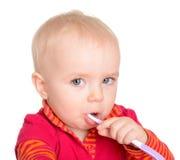 Bebé pequeno com a escova de dentes isolada no fundo branco Fotografia de Stock