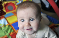 Bebê pequeno com olhos azuis grandes Fotos de Stock Royalty Free