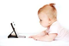 Bebê pequeno com PC da tabuleta em casa Imagens de Stock Royalty Free