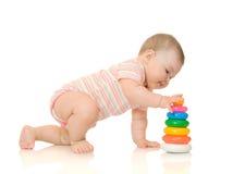 Bebê pequeno com pirâmide #5 do brinquedo isolado imagem de stock royalty free