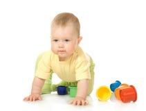 Bebê pequeno com pirâmide #7 do brinquedo isolado imagem de stock royalty free