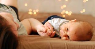 Bebê pequeno com sua mamã Fotografia de Stock