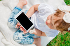 Bebê pequeno com tabuleta Fotos de Stock Royalty Free