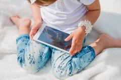 Bebê pequeno com tabuleta Fotografia de Stock