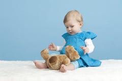Bebê pequeno com urso de peluche, no azul imagem de stock