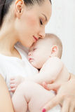 Bebê pequeno da posse da mãe Fotos de Stock Royalty Free
