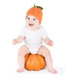 Bebê pequeno de riso engraçado na abóbora enorme Fotografia de Stock Royalty Free