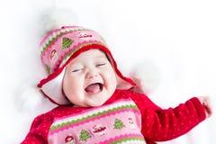 Bebê pequeno de riso no chapéu feito malha Natal foto de stock royalty free