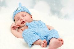 Bebê pequeno de sorriso carregado fotos de stock royalty free