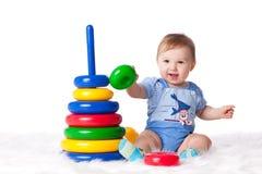 Bebê pequeno doce com brinquedo. Fotografia de Stock
