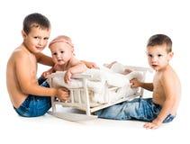 Bebê pequeno e dois irmãos Imagem de Stock