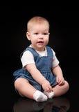 Bebê pequeno em um fundo preto Foto de Stock Royalty Free
