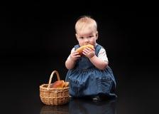 Bebê pequeno em um fundo preto Imagens de Stock Royalty Free