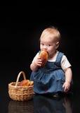 Bebê pequeno em um fundo preto Foto de Stock