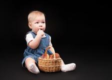 Bebê pequeno em um fundo preto Fotografia de Stock